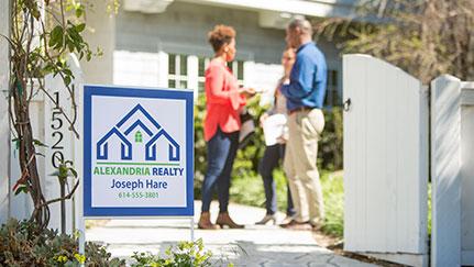 Una pareja compra su primera casa