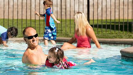 familia nadando en un ejemplo usual de peligro atrayente, una piscina residencial