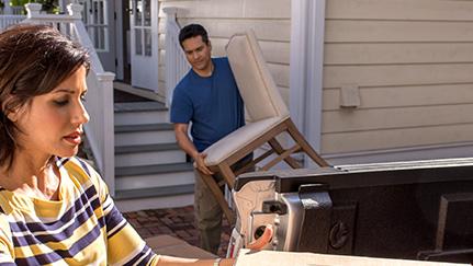 Una pareja sacando sus cosas de la casa