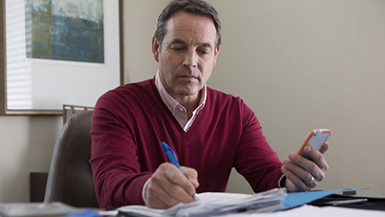 Un hombre calculando cuánto debería ahorrar para su jubilación