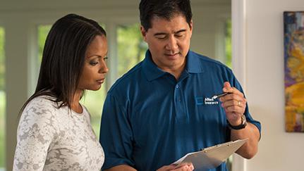 mujer haciendo preguntas a su agente de seguros de vivienda durante una consulta