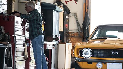 Hombre restaurando un auto clásico