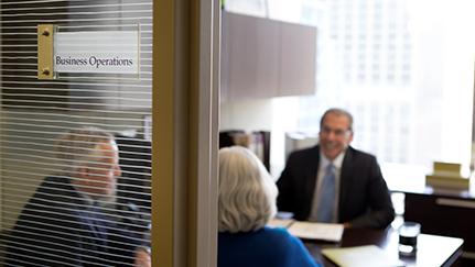 Charla en la oficina comercial sobre el seguro contra pérdida de ingresos