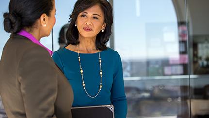Dos mujeres hablando sobre subvenciones para empresas de mujeres